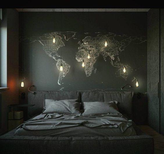 quarto com adesivo mapa mundi e luminarias