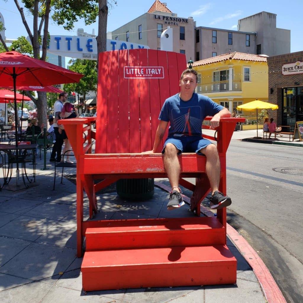 Cadeira gigante em Little Italy San Diego