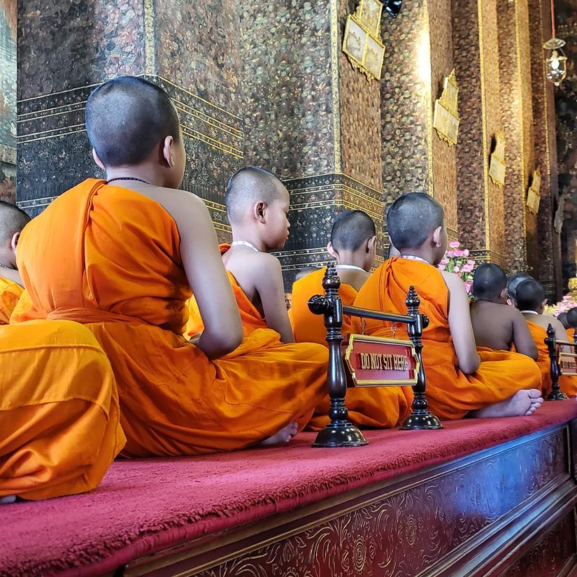 monges crianças em Bangkok