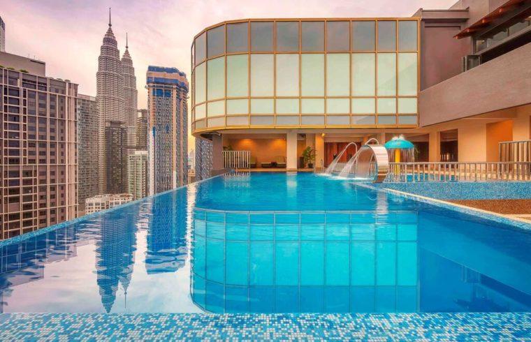 hotel com piscina de borda infinita e vista para petronas tower em kuala lumpur