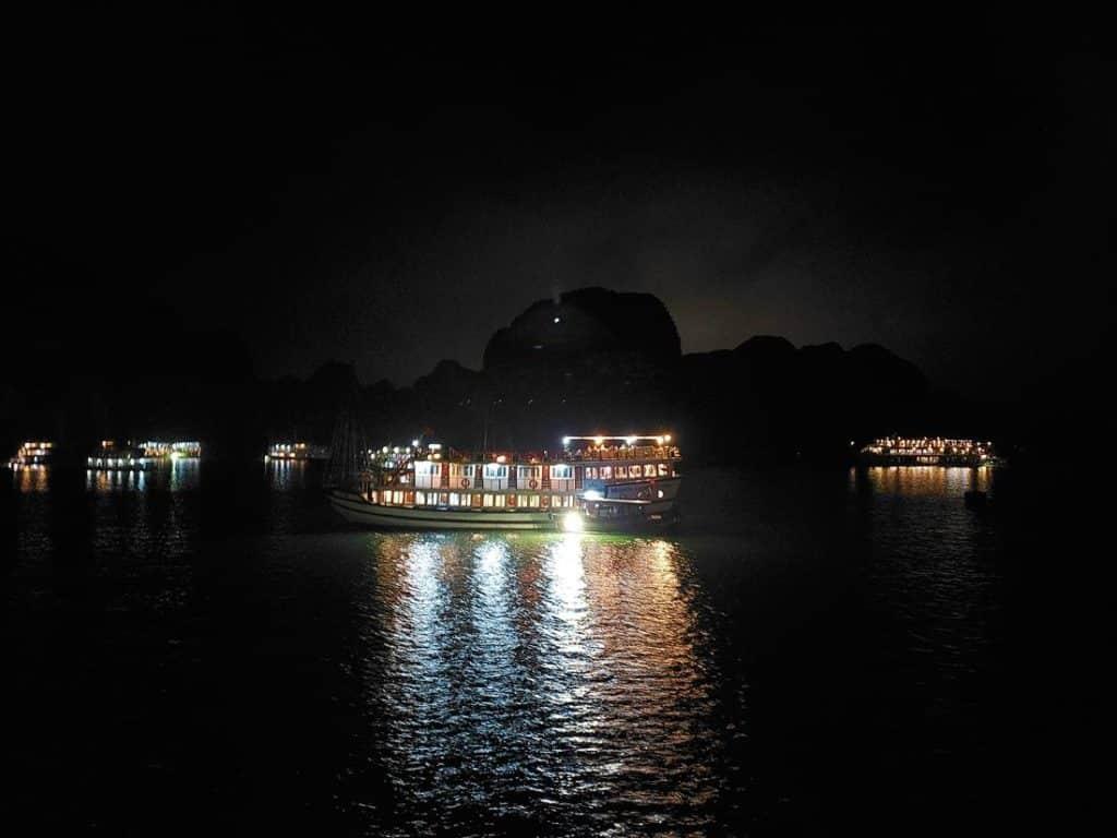 como é passar a noite em halong bay